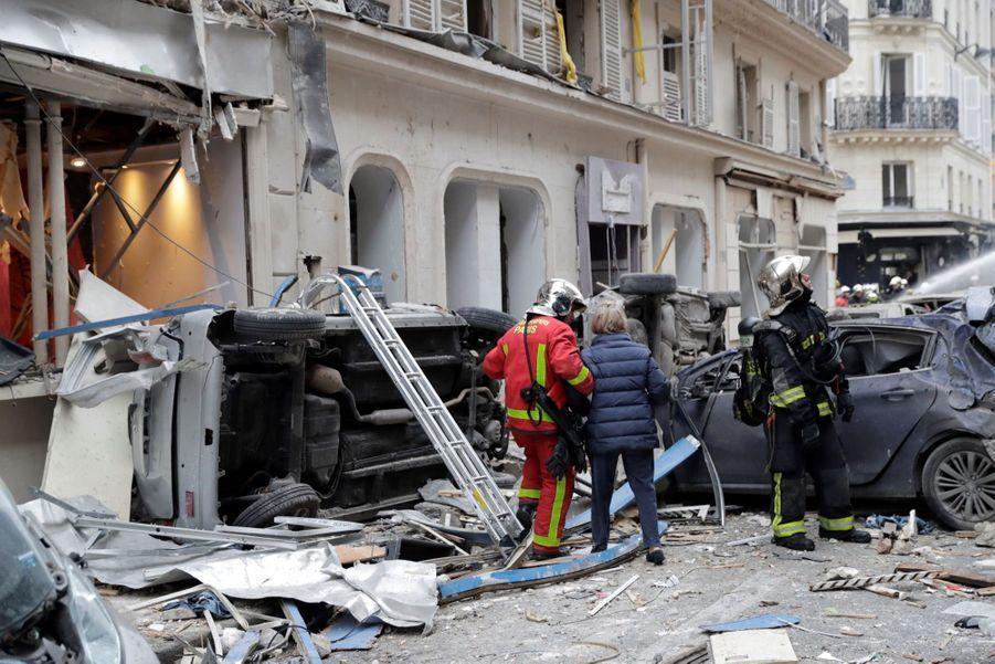 Une femme âgée, encore en pyjama sous sa robe de chambre, a dû aussi utiliser une échelle de pompiers pour évacuer un appartement situé au 2e étage de l'immeuble.