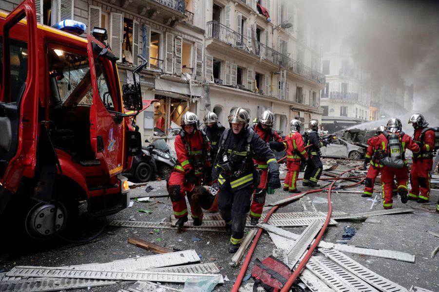 Elle s'est produite vers 09H00 au 6 rue Trévise, où se trouve une boulangerie, dans le IXe arrondissement de la capitale. Dans la rue enfumée jonchée de verres et de débris, des immeubles et des commerces ont les fenêtres et les vitrines soufflées, des voitures sont renversées ou totalement détruites, calcinées, témoignant de la force de l'explosion, ont constaté des journalistes de l'AFP.