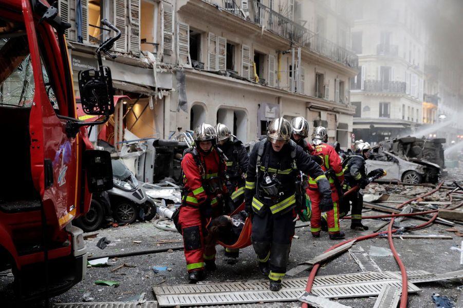 """""""Je dormais et j'ai été réveillée par l'effet de souffle. Toutes les fenêtres de l'appartement ont explosé, toutes les portes qui étaient ouvertes sont sorties de leurs gonds"""", raconte à l'AFP Claire Sallavuard, qui habite au 3e étage de l'immeuble où l'explosion s'est produite."""