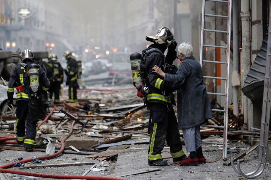 """""""On était tous en train de dormir et là on entend un bruit, on a cru que c'était un séisme"""", témoigne aussi à l'AFP une adolescente d'une rue attenante. """"On est descendus et on a vu un immeuble en feu"""", ajoute son frère."""