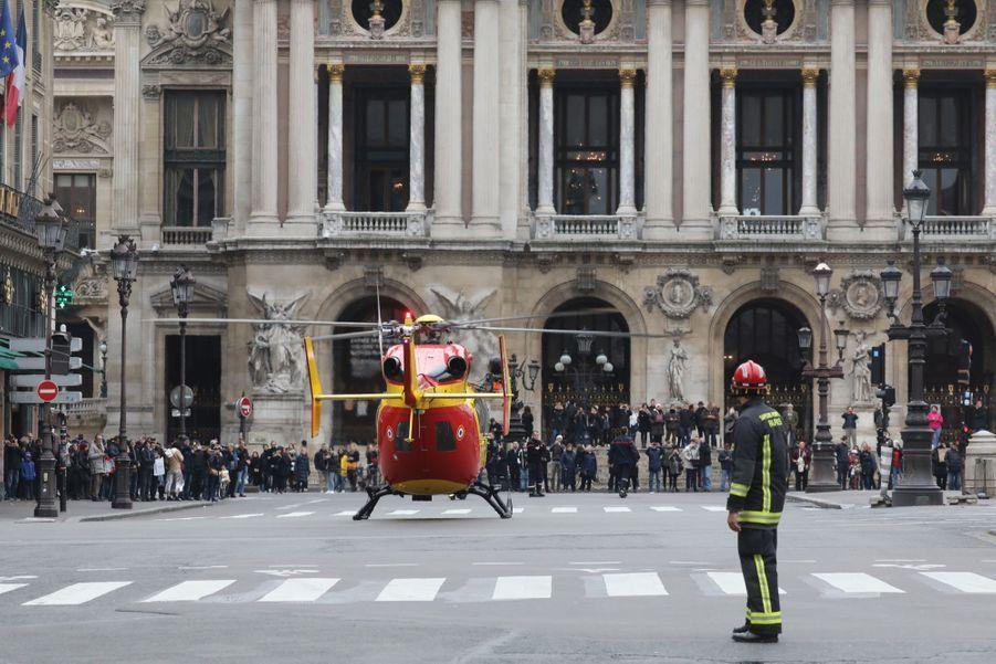 """Selon le ministre de l'Intérieur, """"il n'y a pas de risque de suraccident mais les pompiers sont encore à la manœuvre pour tenter de sauver les personnes encore sur site. Nous avons des informations qu'il y a encore des personnes sur site et donc nous poursuivons nos interventions""""."""