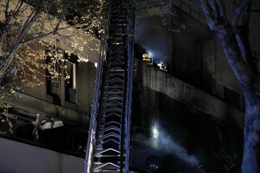 Un violent incendie a partiellement détruit, samedi soir 6 avril, un immeuble dans le XIXe arrondissement de Paris, sans faire de victimes.