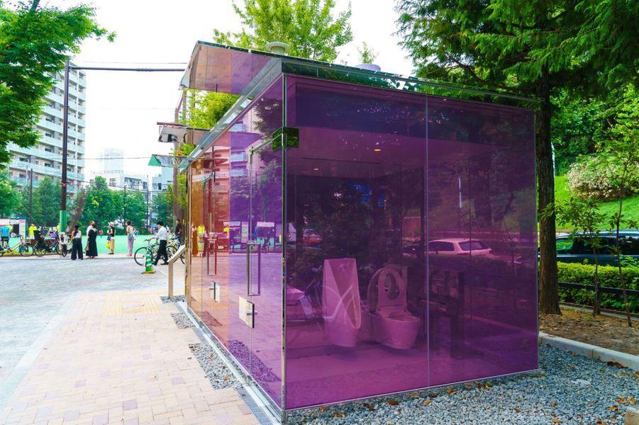 A Tokyo, des toilettes transparentes ont été installées dans le quartier de Shibuya