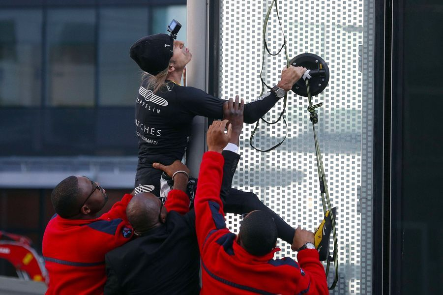 Alain Robert en pleine ascension.