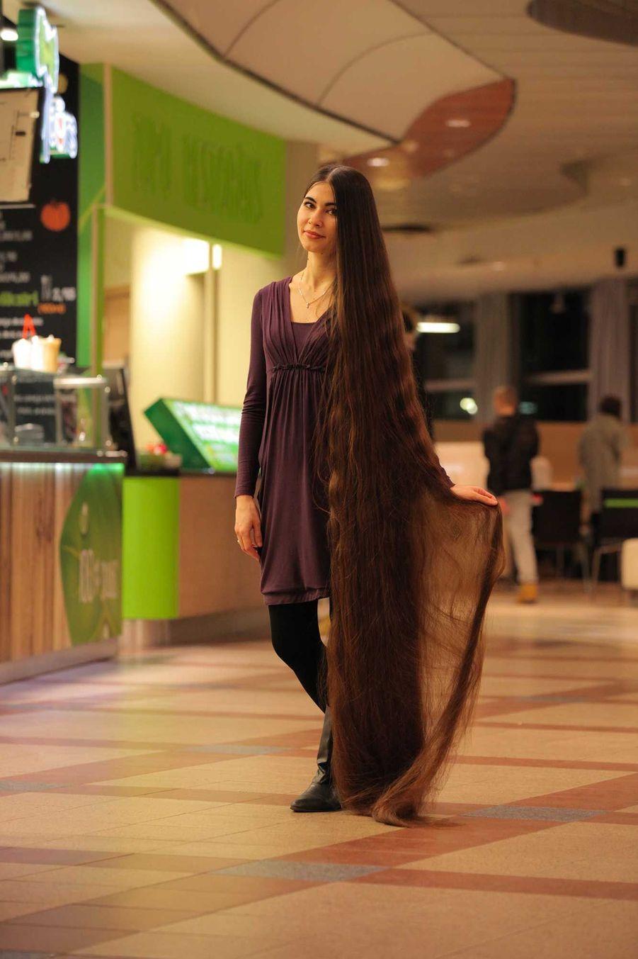 Aliia Nasyrova a des cheveux de 2,2 mètres de long