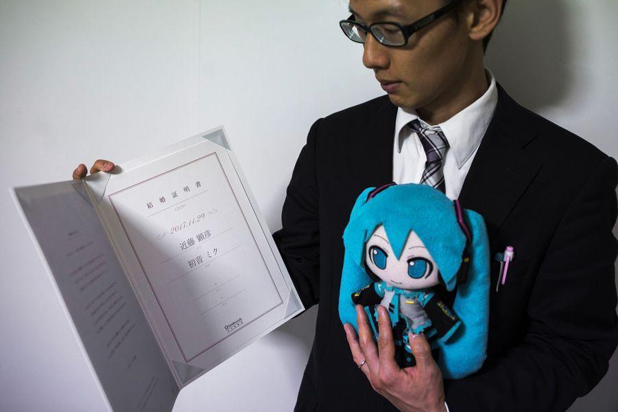 Akihiko Kondo s'est marié avecla chanteuse virtuelleHatsuneMiku.
