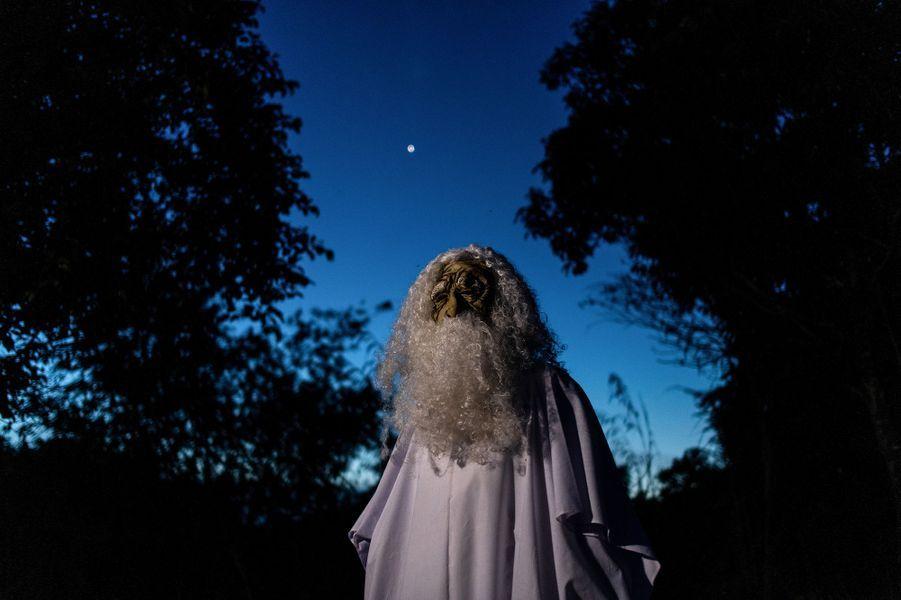Muhammad Urabil Alias, un habitant du village de Kemaman, a eu l'idée de revêtir une longue tunique blanche, un masque et une perruque pour effectuer des rondes nocturnes et effrayer les patients, qui devraient être confinés.