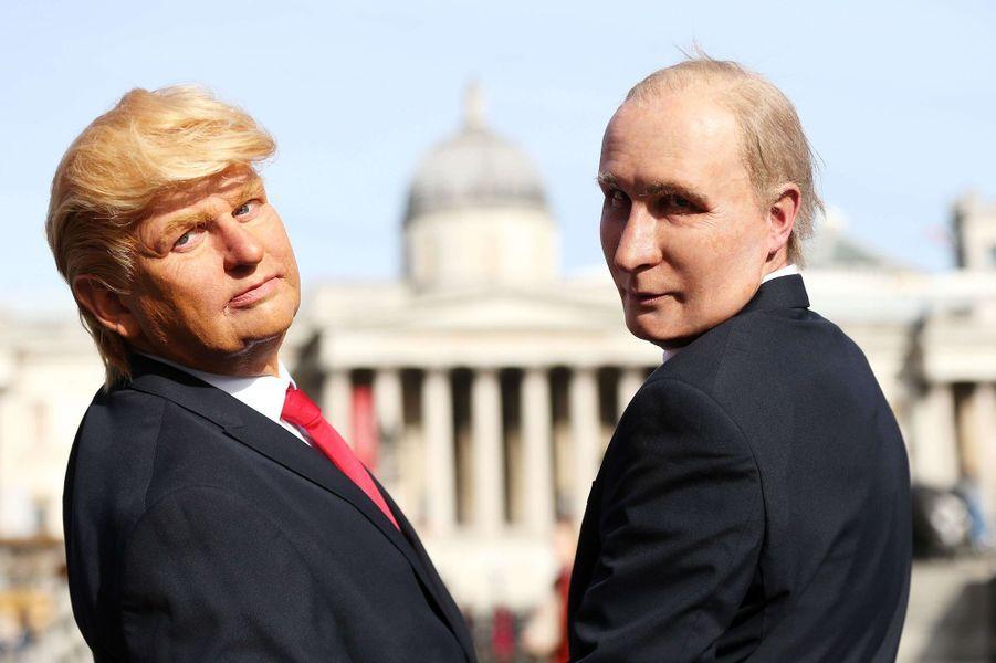 Deux hommes déguisés en Vladimir Poutine et en Donald Trump se sont baladés dans Londres, le 13 mars 2017.