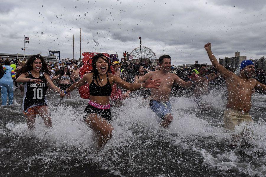 Des milliers de personnes ont participé à la Polar Bear Plunge du Nouvel an, à Coney Island, New York.