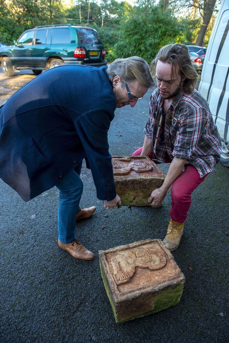 """Arthur Brand (gauche), surnommé l'""""Indiana Jones du monde de l'art"""" pour ses exploits d'enquêteur, a remis à l'ambassade d'Espagne à Londres, lors d'une cérémonie privée, ces gravures vieilles d'au moins un millénaire."""