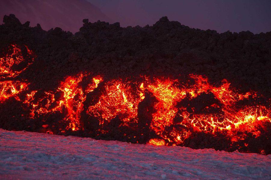 Les photos de l'éruption, dans la nuit.