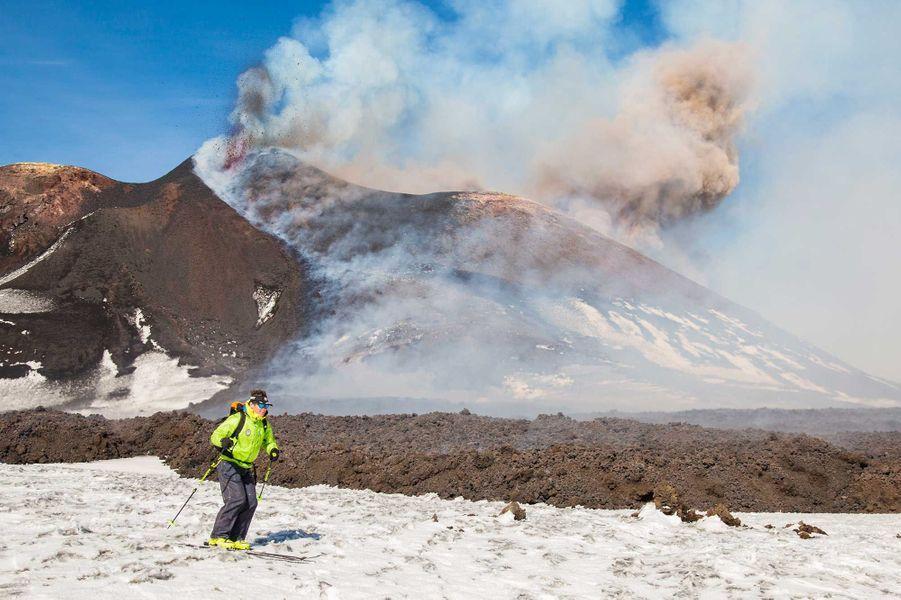 Des skieurs glissent sur le mont Etna enneigé.