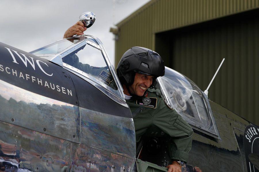 A bord d'un Spitfire, chasseur de légende et symbole de la Bataille d'Angleterre de 1940, les Britanniques Matt Jones et Steve Brooks vont tenter de boucler le tour du monde.