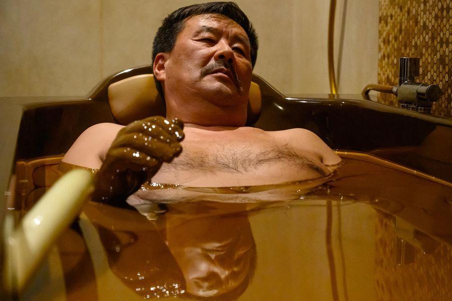ANaftalan, en Azerbaïdjan, le bain de pétrole est au programme d'une cure étonnante depuis des décennies.