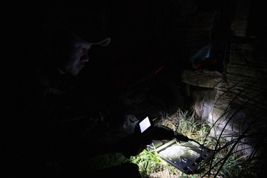 Traque de nuit avec une lampe torche.