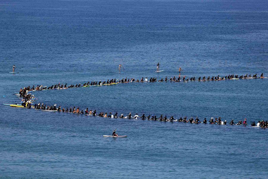 992 surfeurs ont formé une ronde sur lamer Méditerranée àHerzliya (Israël).