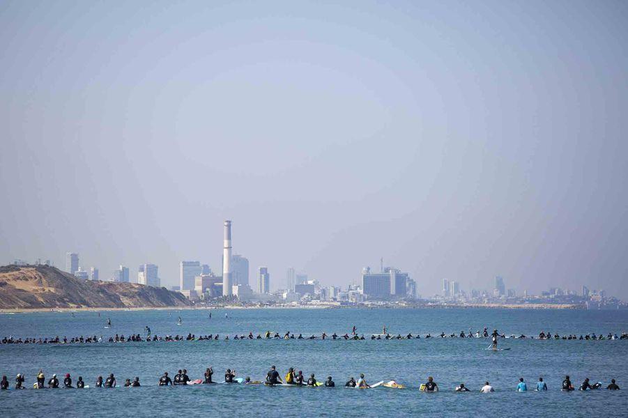 992 surfeurs ont formé une ronde sur la mer Méditerranée à Herzliya (Israël).