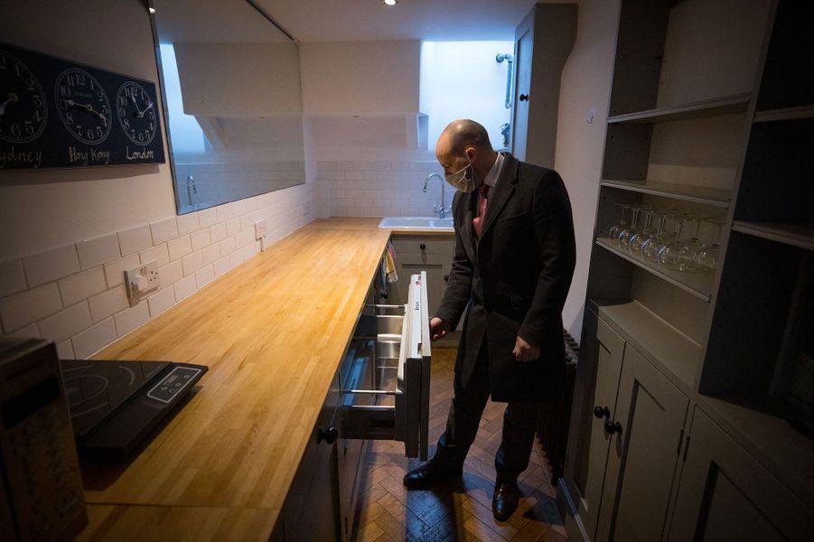 D'un coin à l'autre de la maison, les dimensions des pièces diffèrent grandement. Si la cuisine, située à l'entresol, en est l'endroit le plus étroit, elle s'ouvre sur un coin repas presque deux fois plus grand.