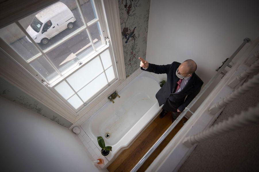 Au deuxième étage, une salle de bain et une salle de douche, au troisième la chambre principale, à laquelle on accède par une trappe dans le sol pour gagner de la place.