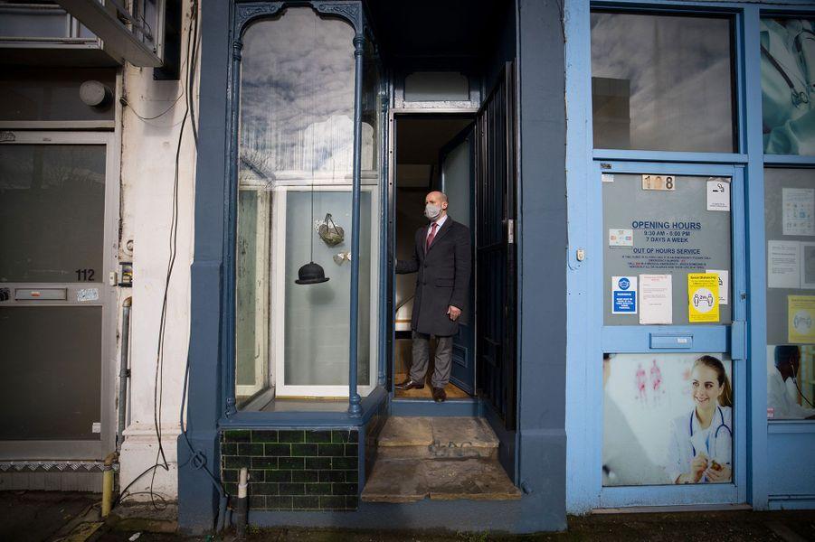L'étrange propriété, dont la façade constitue une petite bande bleue foncée très discrète dans la rue, vient d'être mise en vente, estimée à 950.000 livres (1,1 million d'euros).