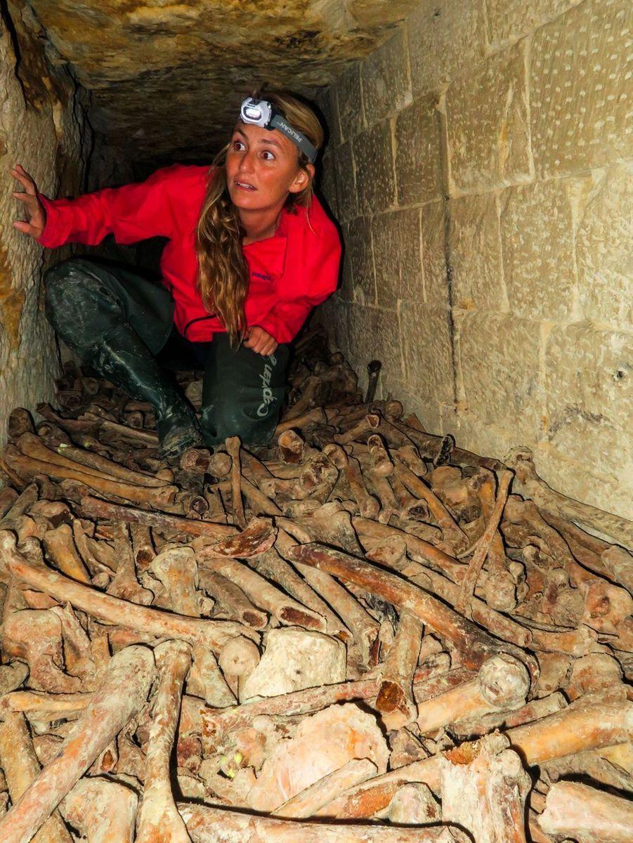Le défi fou d'Alison Teal : elle surfe dans les catacombes