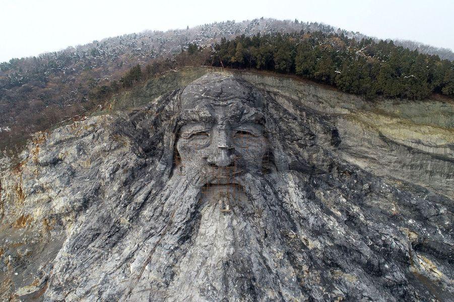 La sculpture du dieu Fuxi à Xiangyang en Chine.