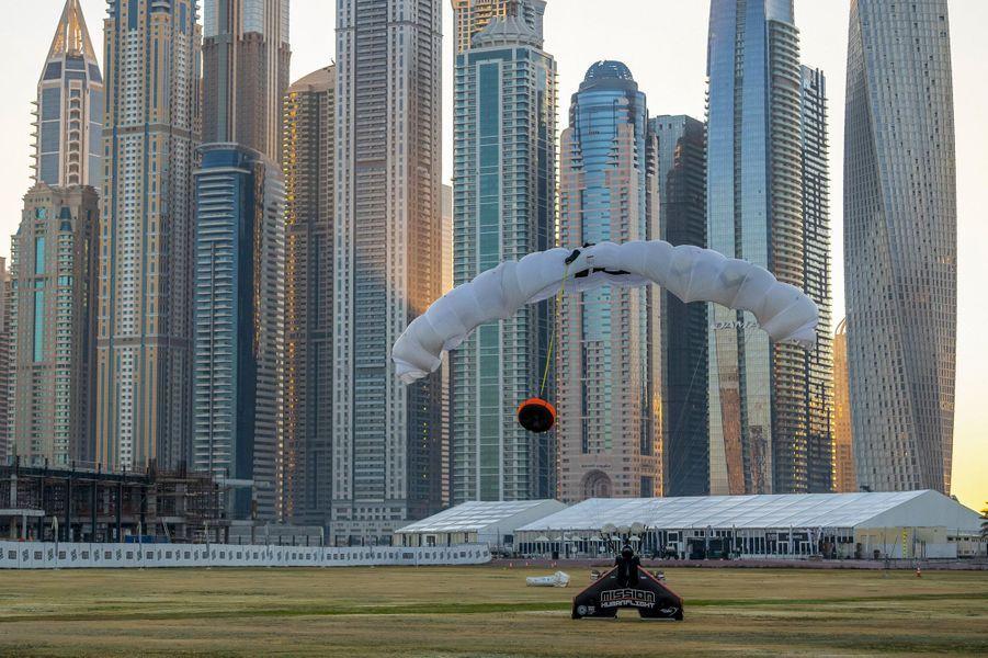 Vince Reffet a survolé Dubaï à l'aide d'une aile en fibre de carbone propulsée par quatre mini moteurs à réaction, entièrement contrôlée par son corps.