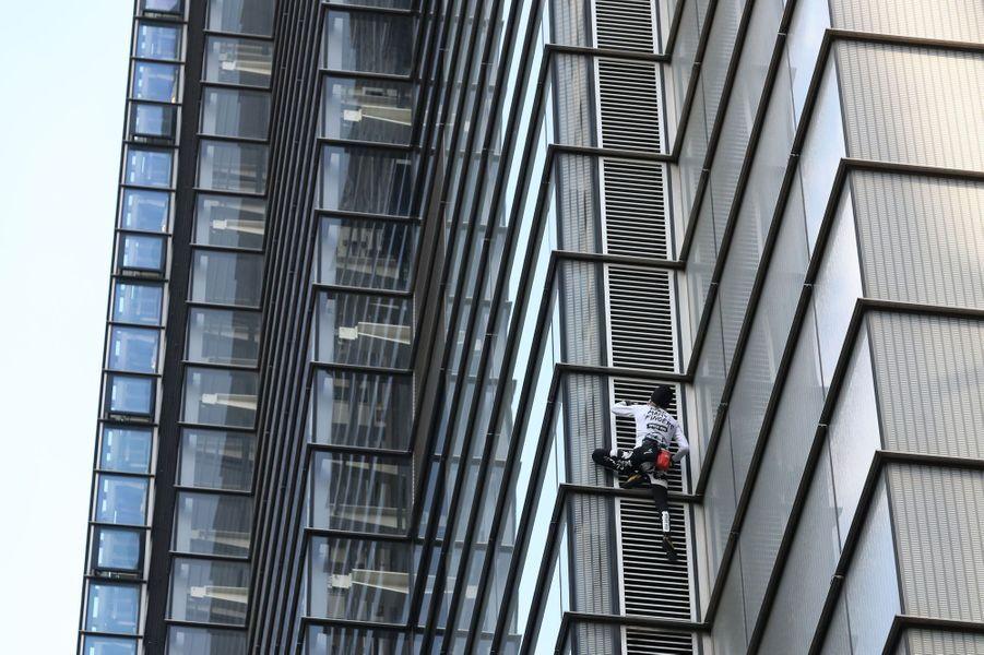Alain Robert a escaladé la tour Heron à Londres, le 25 octobre 2018