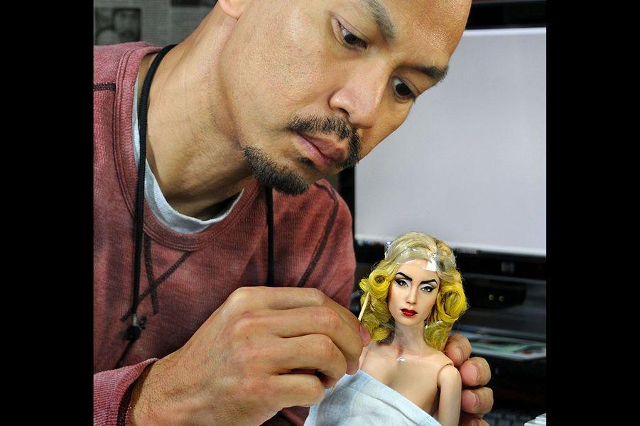 Noel Cruz travaillant sur la poupée de Lady Gaga