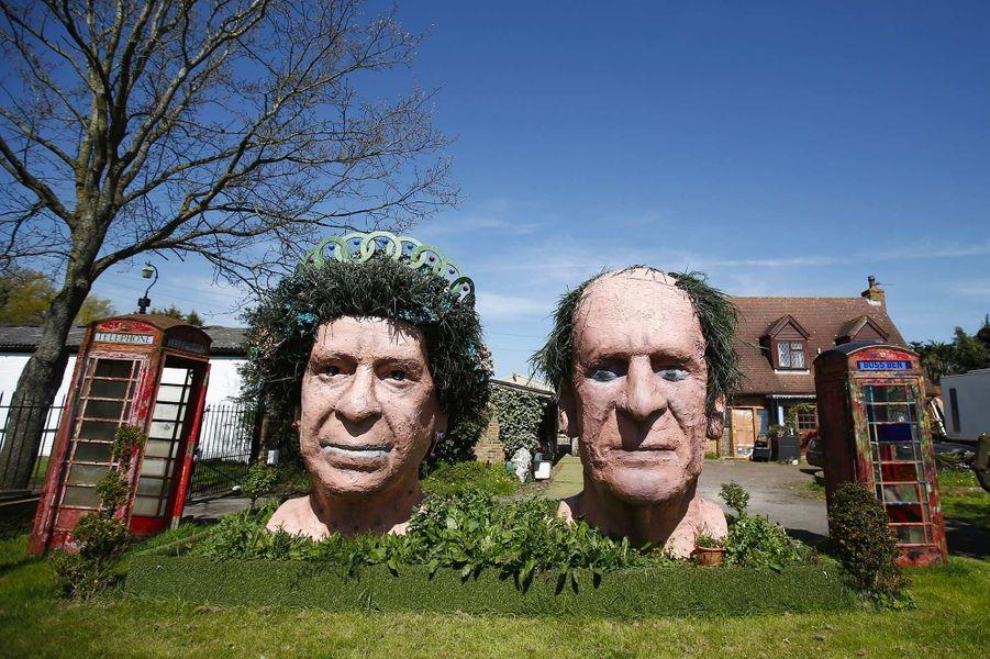 Deux statues en terre cuite de la reine Elizabeth II et du prince Philip à Windsor, en avril 2016.