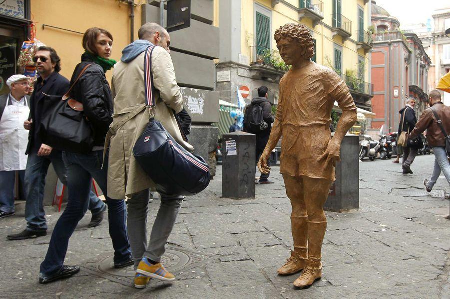 Une statue en papier mâché de Diego Maradona à Naples, en octobre 2010.