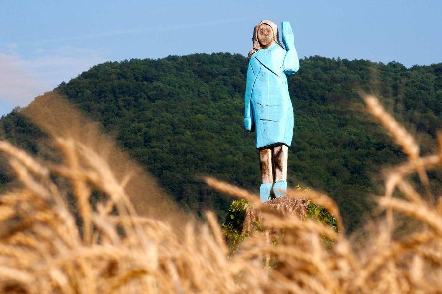 Une statue en bois de Melania Trump à Sevnica, en Slovénie.