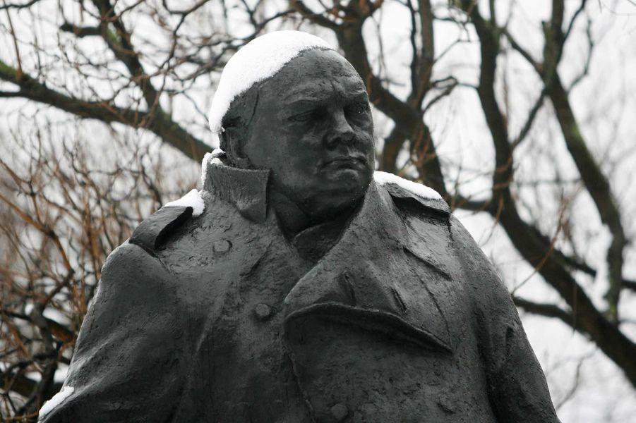 Une statue de Winston Churchill à Londres, en février 2012.