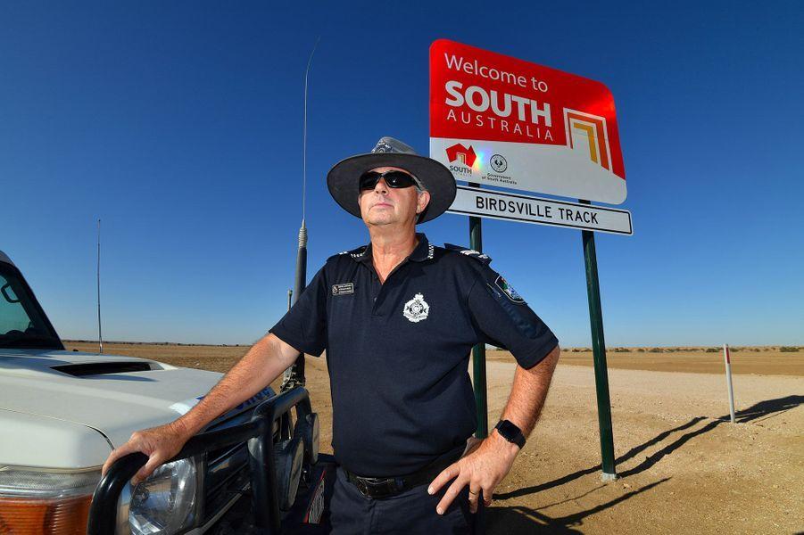 Etre tout seul pour patrouiller 240.000 kilomètres carrés pourrait faire peur à certains policiers. Mais pas à l'agentStephanPursell, qui représente la loi dans une immense région de l'aride arrière-pays australien.