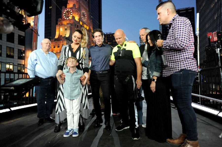 Le pasteurJoel Osteen prie avecLijana, Nik et le reste de la famille Wallenda.