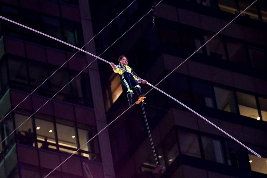 Lijana et son frère Nik Wallenda au-dessus du très touristique Times Square à New York, le 23 juin 2019.