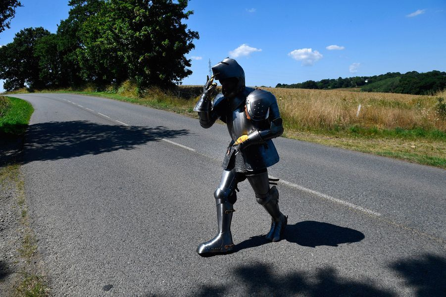 Déguisé d'une armure médiévale, Abraham Poincheval traverse les routes de Bretagne.