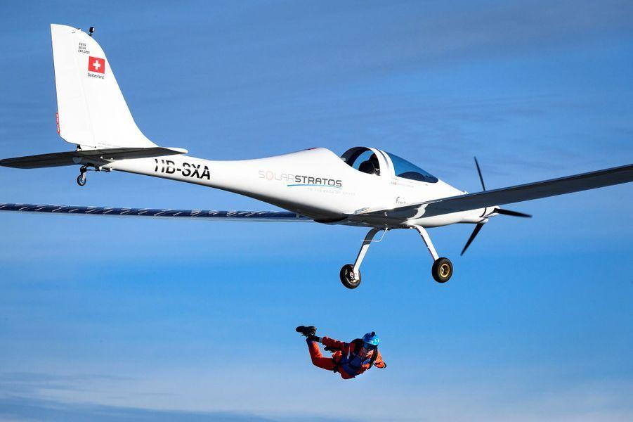 Le Suisse Raphaël Domjan s'est jeté mardi à 1520 mètres d'altitude de SolarStratos, effectuant la première chute libre depuis un avion solaire.