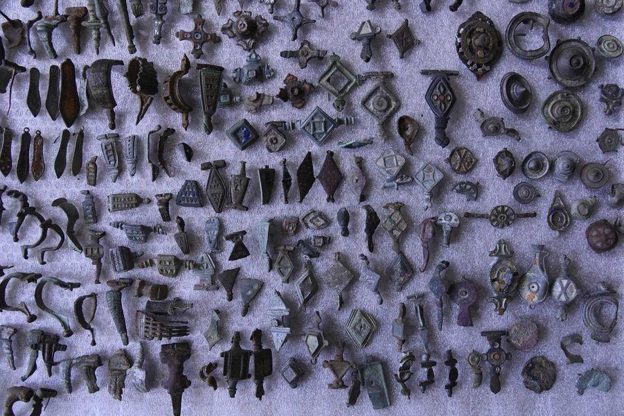 Lepilleurs'était concentré sur divers sites référencés de l'Est de la France où, muni de détecteurs de métaux et d'une très solide culture scientifique archéologique, il s'était servi pendant des années, amassant cette inédite collectionà des fins personnelles et mercantiles.