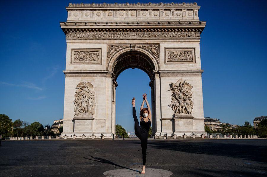 Yara al-Hasbani,danseuseet chorégraphe syrienne de 26 ans, a posé seule devant des monuments et musées deParis.
