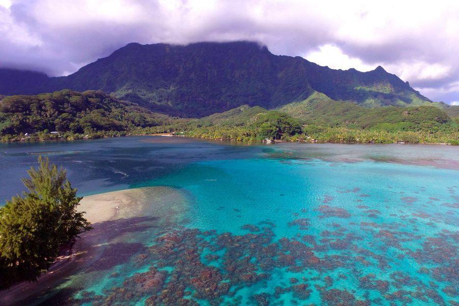 L'île est entourée d'eaux cristallines.