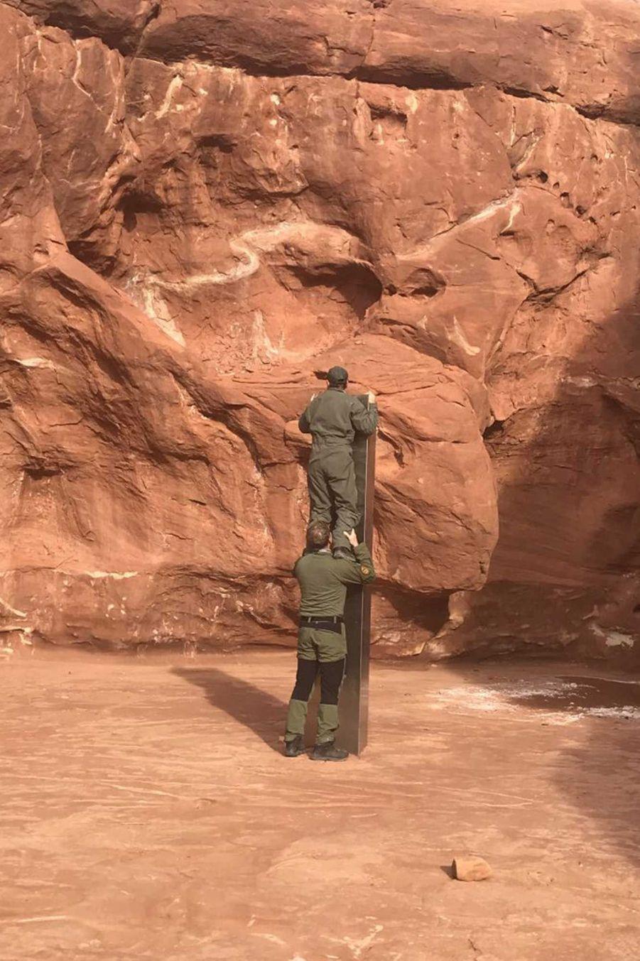 Un monolithe de trois mètres de haut a été découvert par des agents fédéraux dans le désert de l'Utah.