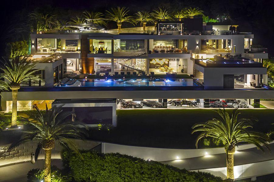 Vue aérienne de la villa, de nuit
