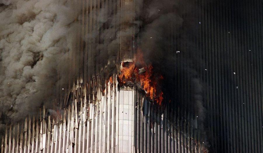 Comme un volcan en éruption: une pluie de métal en feu jaillit de la tour.