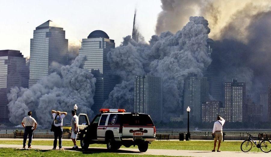 Les Twin Towers s'effondrent devant des New-Yorkais médusés par un tel spectacle apocalyptique.