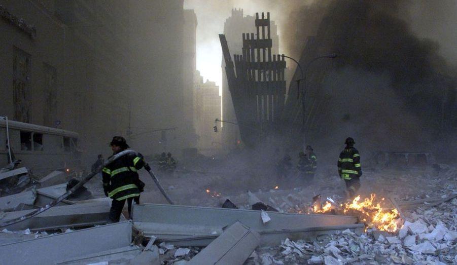 343 pompiers ont trouvé la mort le 11 septembre 2001. De nombreux soldats du feu souffrent et meurent encore aujourd'hui de maladies respiratoires liées à la tragédie.