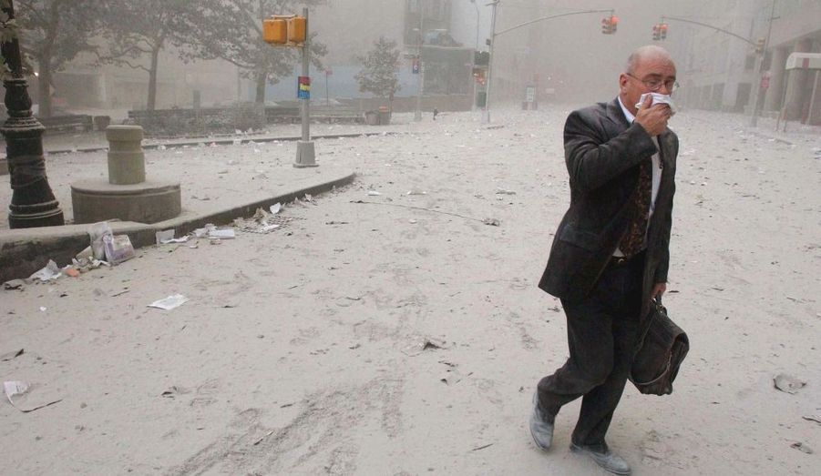 """Les New-Yorkais en plein cauchemar. Cet homme à la mallette semble avoir inspiré Don DeLillo pour son roman """"L'Homme qui tombe""""."""