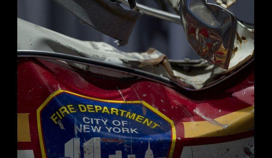 Une porte abîmée d'un camion du New York City Fire Department (FDNY).