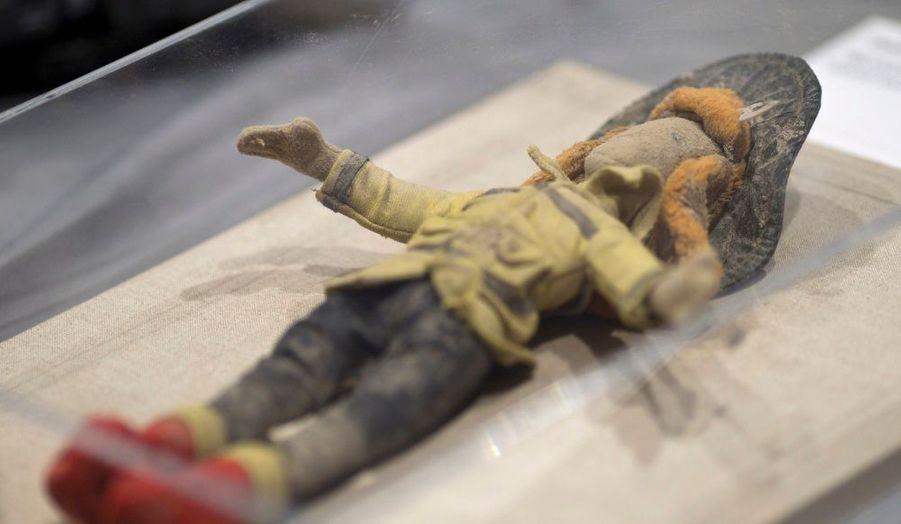 """A l'occasion du dixième anniversaire des attentats du 11-Septembre, le National Museum of American History de Washington a rassemblé une cinquantaine d'objets retrouvés sur les sites de New York, au Pentagone, et à Shanksville, en Pennsylvanie. Baptisée """"September 11 Remembrance and Reflection"""", cette exposition montre des souvenirs bruts dans un décor épuré, limitant leur interprétation. Ici, une poupée extraite des débris à Staten Island."""