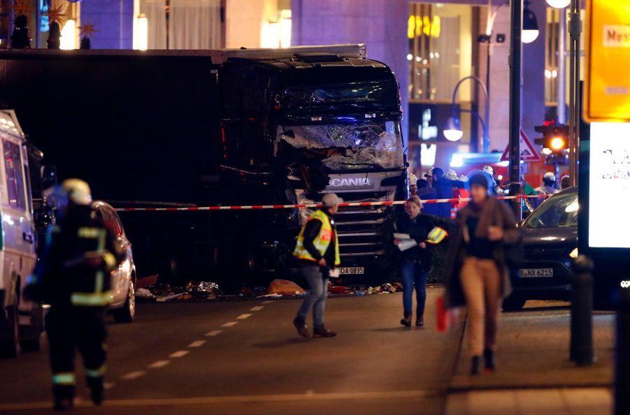 Un Camion Percute La Foule D'un Marché De Noël À Berlin 11